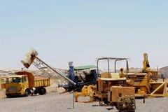 Caminhão retro, ferramentas e equipamento para a mineração da opala, Andamooka, Austrália imagem de stock