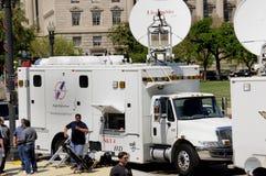 Caminhão satélite da notícia da tevê foto de stock royalty free