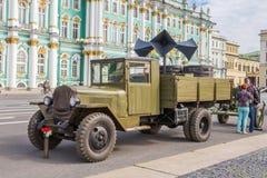 Caminhão soviético das épocas da segunda guerra mundial na ação militar-patriótica no quadrado do palácio, St Petersburg Fotografia de Stock