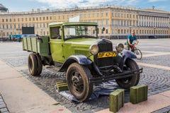 Caminhão soviético GAZ-AA das épocas da segunda guerra mundial na ação militar-patriótica no quadrado do palácio, St Petersburg Foto de Stock