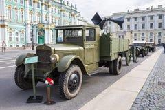 Caminhão soviético ZIS-5 das épocas da segunda guerra mundial na ação militar-patriótica no quadrado do palácio, St Petersburg Foto de Stock Royalty Free