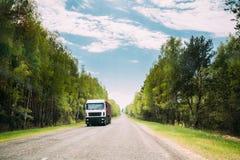 Caminhão, unidade do trator, prima - motor, unidade da tração no movimento na estrada secundária fotografia de stock royalty free