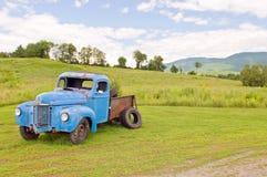 Caminhão velho da exploração agrícola da sucata imagens de stock