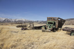 Caminhão velho da exploração agrícola em um campo da sucata Foto de Stock