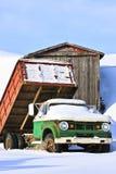 Caminhão velho da exploração agrícola no inverno foto de stock