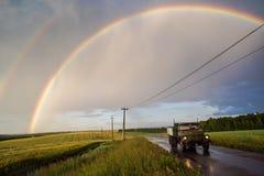 Caminhão velho do russo na estrada em campos verdes com dobro bonito Foto de Stock