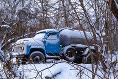 Caminhão velho nevado abandonado na floresta do inverno fotos de stock