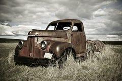 Caminhão velho oxidado imagem de stock royalty free