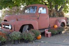 Caminhão velho que ajardina a característica Fotos de Stock Royalty Free