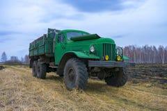 Caminhão verde retro velho no campo foto de stock