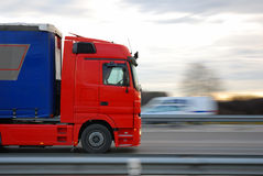 Caminhão vermelho de pressa Fotografia de Stock Royalty Free
