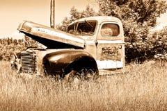 Caminhão vermelho velho da exploração agrícola fotos de stock