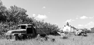 Caminhão vermelho velho da exploração agrícola foto de stock royalty free