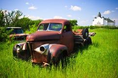 Caminhão vermelho velho da exploração agrícola imagens de stock