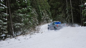 caminhão 4x4 que deriva na estrada da neve do inverno na floresta Fotos de Stock Royalty Free