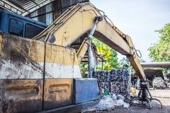 Caminhões amarelos do desperdício na jarda do lixo imagens de stock royalty free
