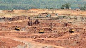 Caminhões basculantes e máquinas escavadoras da mineração video estoque