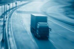 Caminhões borrados movimento na estrada Indústria do transporte Foto de Stock
