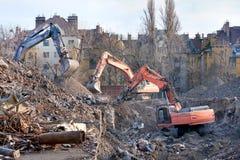 Caminhões da demolição na ação. Demolição de um bloco de planos velho. Foto de Stock Royalty Free