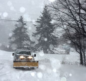 Caminhões da natureza do inverno da coragem do perigo do blizzard fotografia de stock