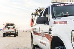 Caminhões da patrulha da praia do salvamento do oceano imagem de stock