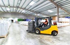 Caminhões de empilhadeira transportados em um armazém - armazenamento dos bens dentro Foto de Stock Royalty Free