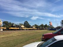 Caminhões de exército dos EUA na estrada de ferro que está sendo transportada pelo trilho Fotos de Stock Royalty Free