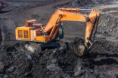 Caminhões de mineração de carregamento imagens de stock royalty free