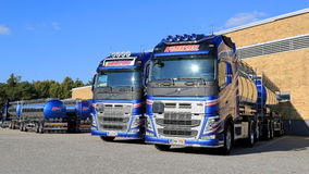 Caminhões de tanque novos de Volvo FH em uma jarda Imagens de Stock Royalty Free