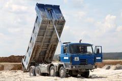 Caminhões do frete com corpo da descarga imagens de stock royalty free