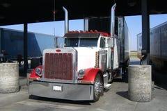 Caminhões dos E.U. em um posto de gasolina Imagem de Stock