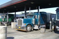 Caminhões dos E.U. em um posto de gasolina Fotografia de Stock Royalty Free