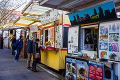 Caminhões e carros do alimento de Portland Oregon Fotografia de Stock Royalty Free