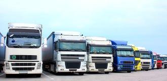 Caminhões em um lugar de estacionamento da estrada Imagens de Stock Royalty Free