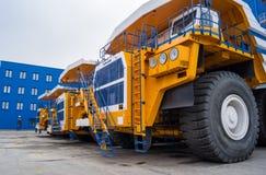Caminhões enormes BelAZ em seguido Fotos de Stock Royalty Free