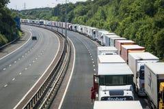 Caminhões estacionados no M20 na pilha da operação Foto de Stock