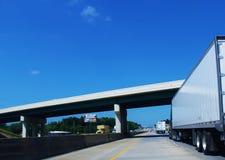 Caminhões grandes em uma estrada Fotografia de Stock