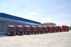 Caminhões incorporados da frota alinhados Fotografia de Stock Royalty Free