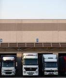 Caminhões logísticos do transporte na baía de carga Fotos de Stock Royalty Free