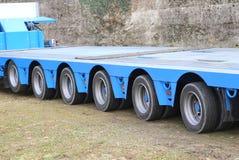 Caminhões longos para o transporte excepcional com twentyfour rodas Fotos de Stock