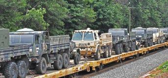 Caminhões militares dos E.U. transportados pelo trem imagens de stock royalty free