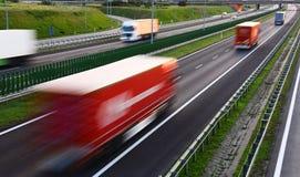 Caminhões na estrada do controlado-acesso de quatro pistas no Polônia Imagem de Stock Royalty Free