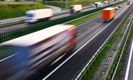 Caminhões na estrada do controlado-acesso de quatro pistas no Polônia fotografia de stock royalty free