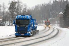 Caminhões novos e velhos de Scania na estrada Imagem de Stock