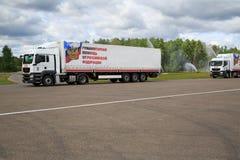 Caminhões para a entrega da ajuda humanitária da Federação Russa fotos de stock royalty free