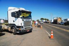 Caminhões parados nas estradas para o protesto o aumento diesel do preço Imagem de Stock