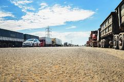 Caminhões parados nas estradas para o protesto o aumento diesel do preço Imagens de Stock