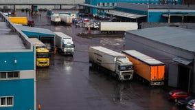 Caminhões pesados carregados na fábrica Rússia St Petersburg, primavera de 2017 imagem de stock royalty free