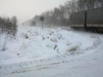 Caminhões que conduzem no inverno fotos de stock royalty free