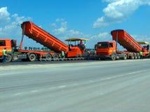 Caminhões que despejam o betume imagem de stock royalty free